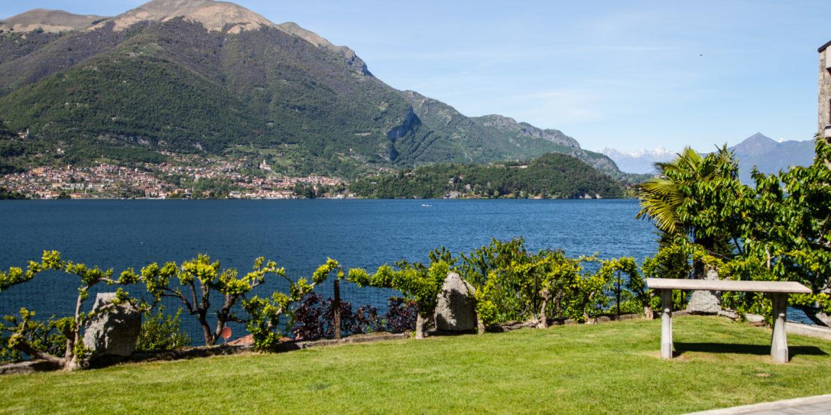 Il giardino con vista sull'isola Comacina all'Hotel Hotel Helvetia di Lezzeno.