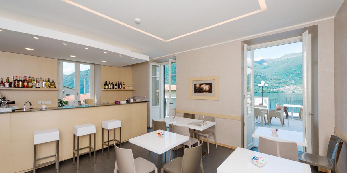 Lounge bar dell'Hotel Helvetia di Lezzeno con la terrazza panoramica.