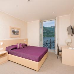 La camera vista lago con balcone all'Hotel Helvetia di Lezzeno, lago di Como.