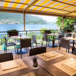 La terrazza del Ristorante Pizzeria Helvetia in Pescaù, Lezzeno. Dalla terrazza del Ristorante potete vedere l'isola Comacina, il lago di Como e le montagne.