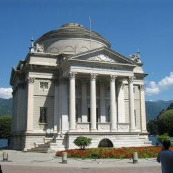 Il Tempio Voltiano fu eretto nel 1927 in occasione delle celebrazioni del centenario della morte di Alessandro Volta.